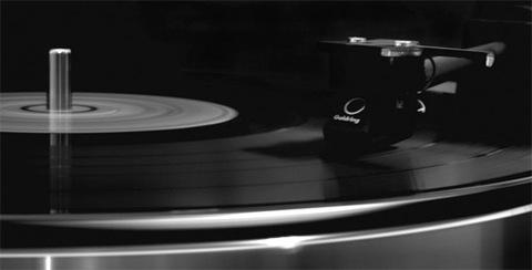 Nhiều người cho rằng nghe đĩa than hay hơn đĩa CD. Ảnh: Ecarrdmedia.