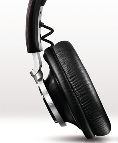 Hai ốp tai được gắn với bộ khung bằng các chốt đứng cho phép tai nghe có thể xoay lên trước hoặc sau chứ không thể bẻ gập.