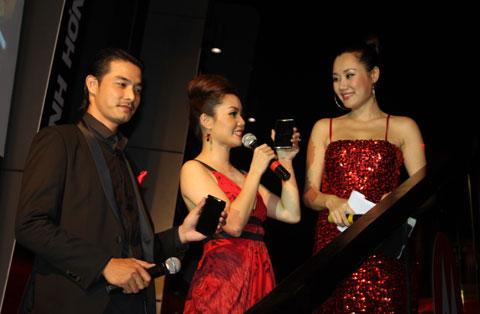 Người mẫu Quách Ngọc Ngoan và ca sĩ Ngọc Anh chia sẻ sau một tuần sử dụng chiếc di động này.