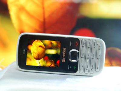 Q140 cung cấp các tiện ích giải trí đi kèm như camera chụp hình quay phim, nghe nhạc chất lượng cao với tai nghe jack cắm 3.5mm. Sản phẩm hỗ trợ bộ nhớ mở rộng lên đến 8GB giúp lưu trữ media và hình ảnh được nhiều hơn.