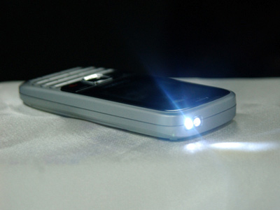 Cuối cùng là tính năng đèn pin chiếu sáng. Chiếc đèn nhỏ bé này tỏ ra cực kỳ hữu dụng nếu xảy ra tình trạng cúp điện đột ngột.