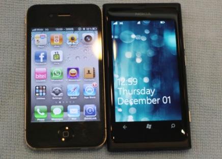 Lumia 800 đẹp không kém iPhone 4. Ảnh: Thế Mạnh.