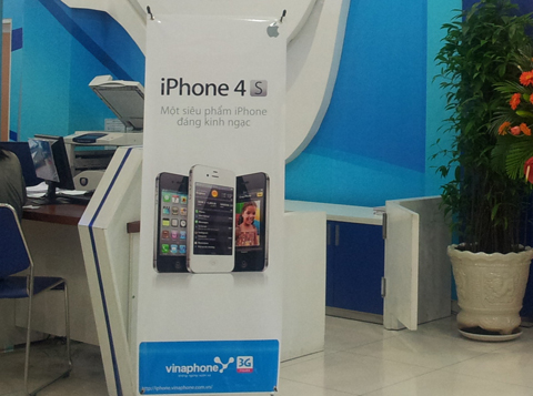Cửa hàng bán iPhone 4S vắng vẻ, dù ngày mai máy bán. Ảnh: Quốc Huy.