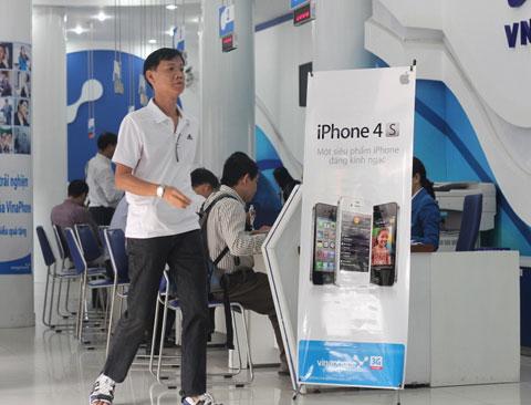 Lượng người đến các điểm bán iPhone của VinaPhone rất ít, phần lớn là nộp cước, chỉ có vài người hỏi tìm iPhone 4S.