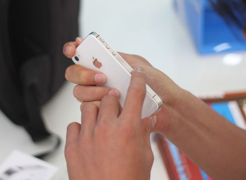 Sau VinaPhone, chiều nay Viettel cũng bán iPhone 4S ở phía Bắc.