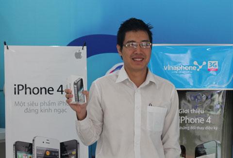 Anh Lê Trung Kiên, vị khách đầu tiên sở hữu chiếc iPhone 4S của Apple.