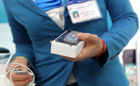 Máy được nhân viên kích hoạt và cài game, ứng dụng miễn phí.