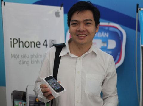 Anh Nguyễn Văn Hiếu (Hóc Môn), cũng chọn bản 16GB không khóa mạng.