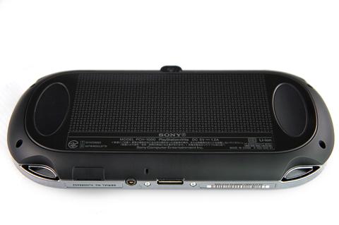 Mặt sau của máy còn có bàn rê cảm ứng với hoa phân đặc trưng PlayStation.