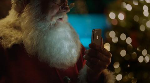 Ông già Noel sử dụng Siri trên iPhone 4S.