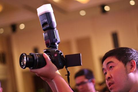 Người dùng chưa có kinh nghiệm, có thể chọn những người hiểu về camera dẫn đi mua. Ảnh: Quốc Huy.