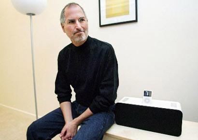 Steve Jobs bên máy nghe nhạc iPod.