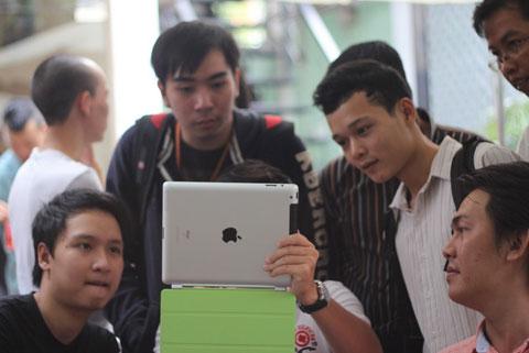 iPad 2 và các sản phẩm cao cấp đang bán chạy hơn dòng giá rẻ. Ảnh: Quốc Huy.