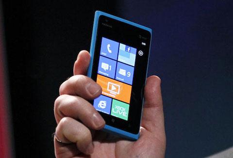 Lumia 900 sẽ bán ra thị trường Mỹ đầu tiên. Ảnh: Csmonitor.