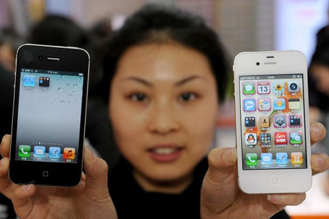Người Trung Quốc hâm mộ Apple, nhưng không phải ai cũng có tiền mua. Ảnh: Daylife.