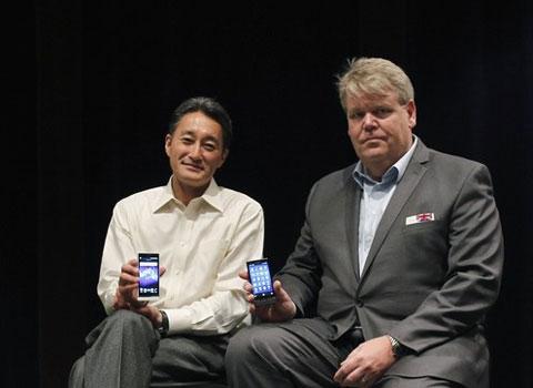 Chủ tịch Sony và CEO của Sony Mobile với những điện thoại mới. Ảnh: Daylife.