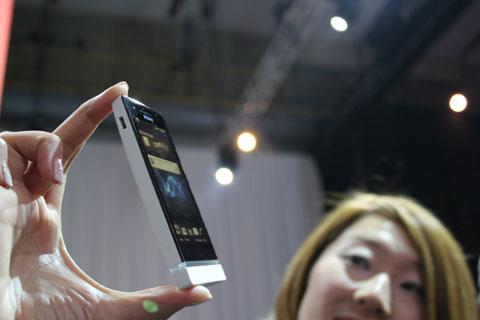 Smartphone tầm trung Xperia U. Ảnh: Wired.