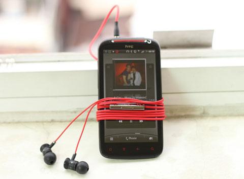 Sensation XE với tai nghe Beats.