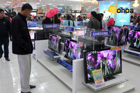 Người mua TV mới cũng đang chuộng LED thay vì LCD. Ảnh: Tuấn Anh.