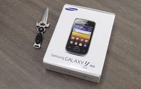 Hộp đựng máy. Galaxy Y Duos là chiếc smartphone hai sim chạy Android rẻ nhất của hãng.