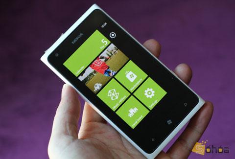 Phiên bản quốc tế chiếc Lumia 900 được giới thiệu tại MWC 2012 diễn ra tháng trước tại Barcelona. So với Lumia 800, model này trông to hơn, tuy nhiên không có nhiều khác biệt trong thiết kế.