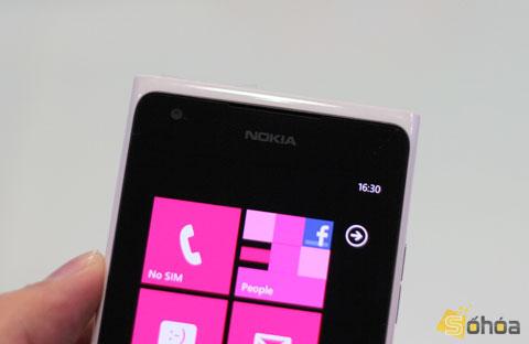 Ngoài kích thước lớn, Lumia 900 còn có camera phía trước. Bản 800 sắp bán tại Việt Nam không có trang bị phần cứng này.
