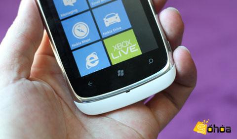 Lumia 610 sở hữu bộ vỏ nhựa, cạnh viền kim loại sáng, máy cần trên tay khá chắc chắn. Phía dưới màn hình là 3 nút bấm cảm ứng truyền thống của Windows Phone.