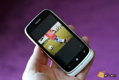 Lumia 610 chạy Windows Phone Tango, các tính năng trên máy giống phiên bản đàn anh.