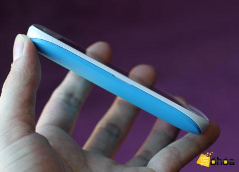 Nokia thiết kế các sản phẩm chạy Windows Phone với các nút bấm cứng theo một nguyên tắc nhất định. Cạnh trái máy không có bấm cứ phím bấm hay cổng kết nối nào.