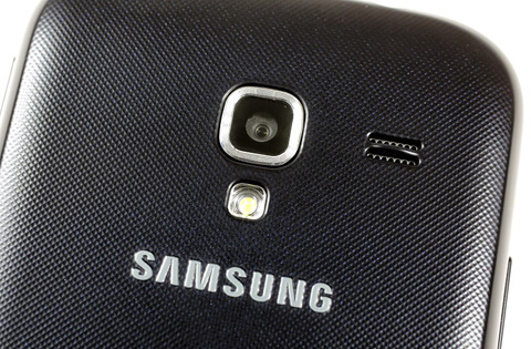 Máy ảnh 5 megapixel, đèn flash và loa ngoài.