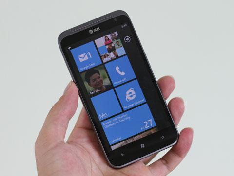 Giao diện cơ bản của máy với các metro trên nền Windows Phone quen thuộc. Titan II sử dụng bản Mango 7.5, giống như các thiết bị gần đây của Nokia.