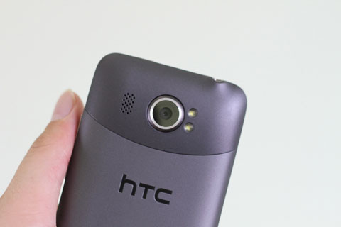 Máy ảnh 16 megapixel và hai đèn flash LED. Đáng tiếc, thiết bị chỉ hỗ trợ quay phim HD.