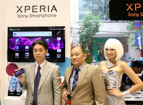 Tổng giám đốc Sony Việt Nam trên tay chiếc Xperia S bán trong cửa hàng mới. Ảnh: Quốc Huy.