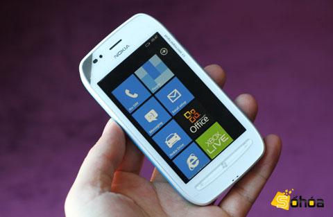 Lumia 710 với thiết kế đơn giản. Ảnh: Tuấn Anh.