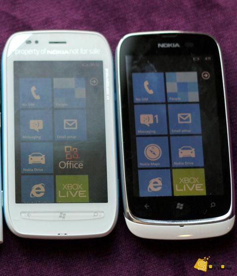 Model có cấu hình thấp hơn đàn anh Lumia 710 (bên trái) nhưng kiểu dáng được đánh giá cao hơn.