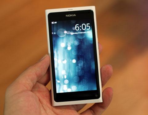 Nokia N9 với giao diện MeeGo hiện đại.