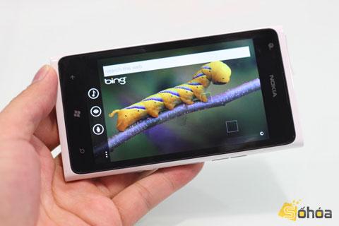 Lumia 900 với màn hình đẹp. Ảnh: Quốc Huy.