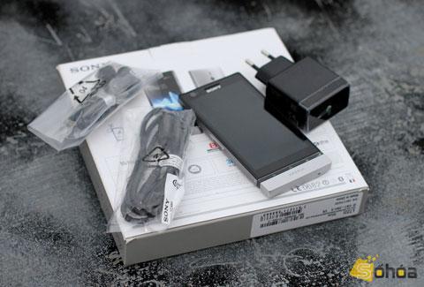 Trong bộ phụ kiện đi theo máy, Sony trang bị tai nghe, sạc, dây kết nối USB.