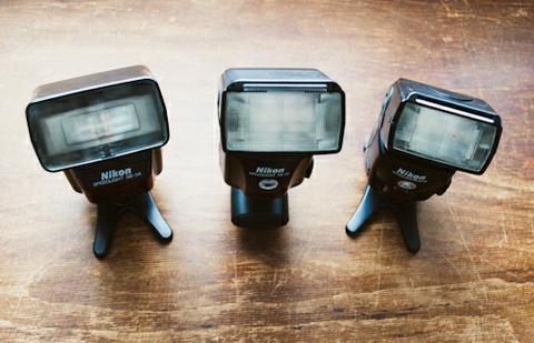 Từ trái qua là Nikon SB24, SB 28.