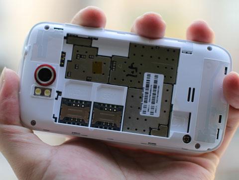 Hai khe cắm sim, trong đó sim chính cho phép kết nối 3G.