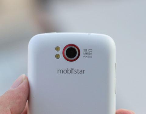 Máy ảnh chính của máy là 5 megapixel, hai đèn flash LED.