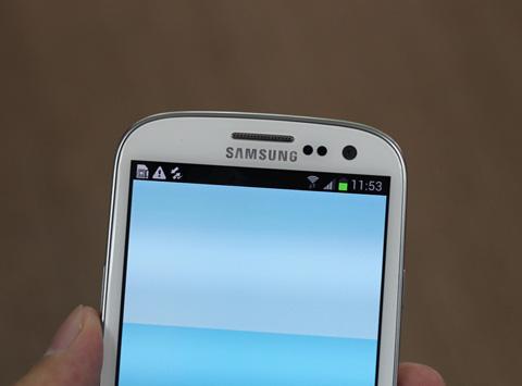Góc trên với máy ảnh thông minh, hỗ trợ nhận diện mắt người dùng.