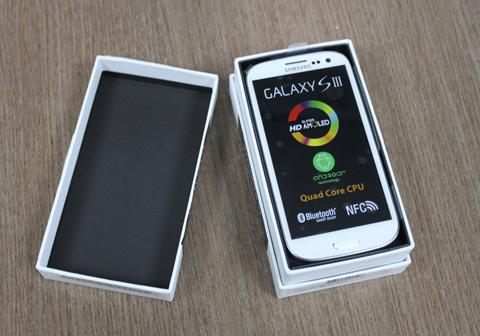 Lần đầu mở seal, Galaxy S III nằm bên trên cùng.