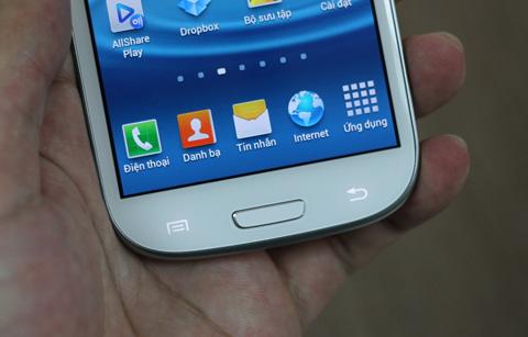 Ngoài phím Home, hai bên còn có nút Tùy chỉnh và Back giống như nhiều smartphone Samsung khác. Phần dưới màn hình được rút gọn.