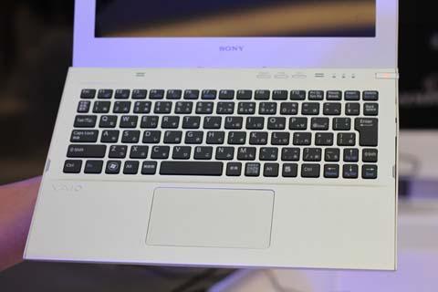 Hãng sử dụng bàn phím chiclet quen thuộc của mình khi thiết kế ultrabook. So với các nhà sản xuất đi trước, máy tính siêu di động mới từ Sony có kiểu dáng khác biệt hơn, đặc trưng của Sony và không giống MacBook Air.
