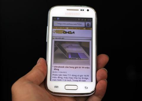 """Trong khi đó, mẫu Galaxy Ace 2 """"cao cấp"""" hơn với màn hình 3,8 inch, độ phân giải 800 x 480 pixel, bộ xử lý 800MHz nhưng lõi kép, RAM 768MB, camera 5 Megapixel với khả năng quay video HD 720p, camera trước độ phân giải VGA."""
