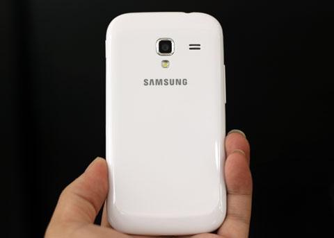Mặt sau được bố trí camera độ phân giải 5 megapixel cho phép quay phim FullHD cùng đèn flash LED và loa ngoài.