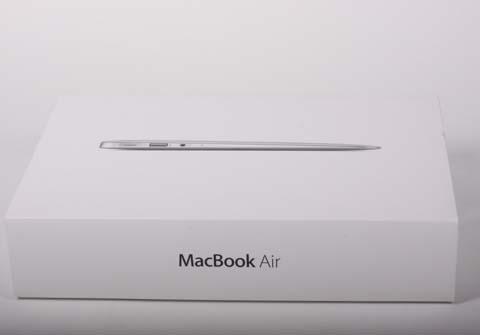 Hộp đựng Macbook Air 2012 vẫn giữ nguyên thiết kế cũ.