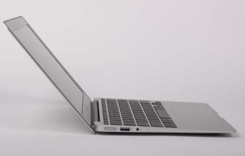 Tất cả các phiên bản macbook air 2012 đều sử dụng chip core i thế hệ thứ 3, RAM 4 GB, ổ cứng SSD và chip đồ họa Intel HD Graphics 4000