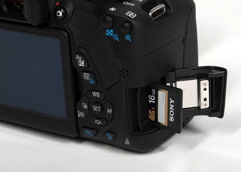 Cạnh phải có khe cắm thẻ nhớ, mày sử dụng thẻ SD.